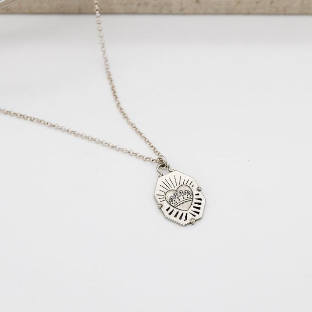 【Dogeared】八角盾牌浮雕愛心墜銀項鍊