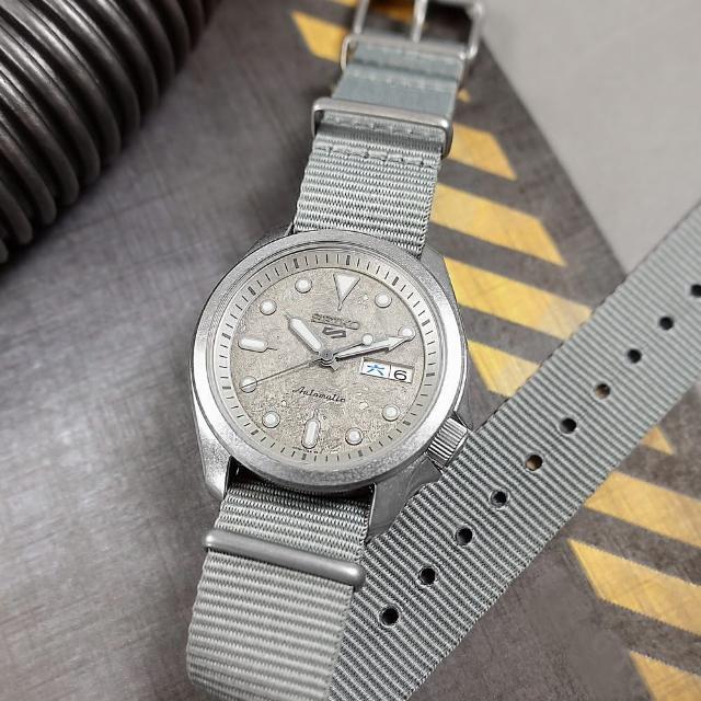 【SEIKO 精工】5 Sports 機械錶 舊化風潮 星期日期 尼龍帆布手錶 灰色 40mm(4R36-08L0N.SRPG63K1)