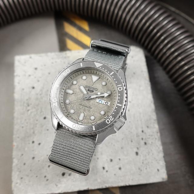【SEIKO 精工】5 Sports 機械錶 舊化風潮 星期日期 尼龍帆布手錶 灰色 43mm(4R36-11R0N.SRPG61K1)