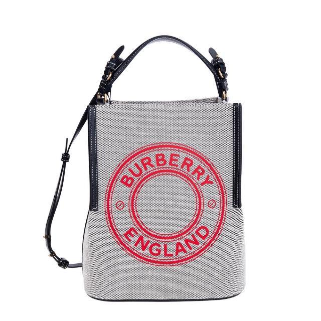 【BURBERRY 巴寶莉】新款小型標誌圖案棉質帆布Peggy 手提/肩背水桶包(黑灰)